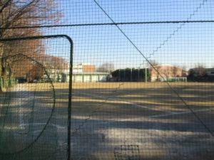 野球バックネット越しの校庭