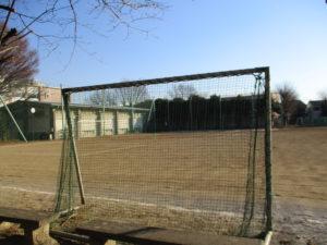 サッカーゴール越しの校庭