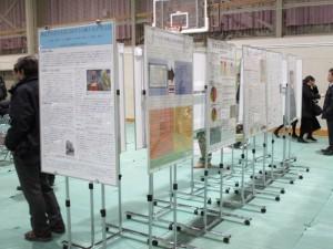 会場後方には、ポスター掲示で成果が発表された