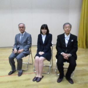 プレゼンターは(左から)泉旺同窓会会長、啓泉会代表、PTA会長。