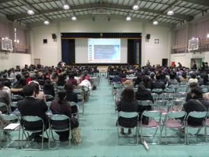 前日SGH・SSH有志とバスケットボール部員が、シート敷設や椅子配置した会場
