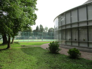 大泉校舎は現在はN棟と呼ばれていて、N棟沿いに進むと、右手に円形の総合メディアセンター(図書室)があります。