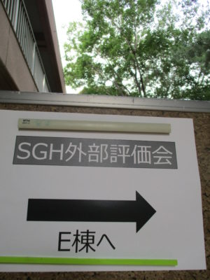 掲示の矢印通りに、E棟へと右折・・・
