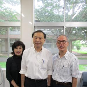 前校長の佐藤先生(中央)と泉旺同窓会の会長(右)・顧問(左)も、これから担当教室へ向かいます。
