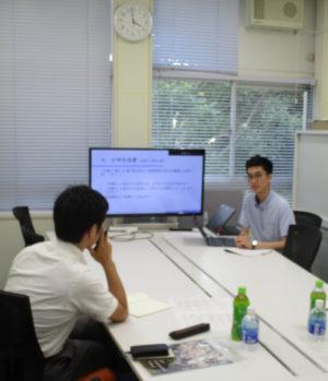 生徒からのプレゼンテーション後、対話する外部評価者。