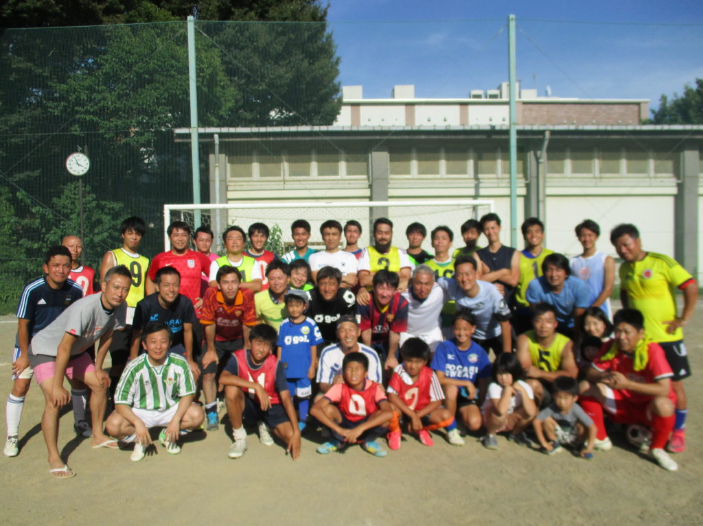 先生もOBも現役もOBの子供らも、サッカー大好き。笑顔、満開。