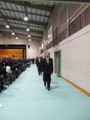 佐藤校長の先導で、来賓は再び控室へ