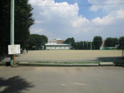 酷暑。バス通り側の校門を入る。グランド越の校舎。照り返しが痛い。