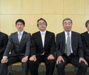 (左から)啓泉会代表の中村さん、大泉校舎同窓会会長の福元さん、泉旺同窓会会長の堀江