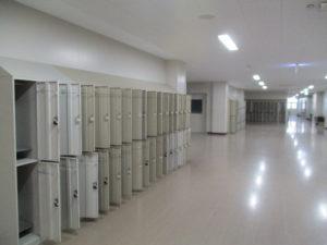 空っぽのロッカーたち・・・新入生たちを待っています。