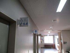 女子トイレと男子トイレ、そして・・・『どなたでもご自由にお使いください』の文字と4つのピクトグラム。