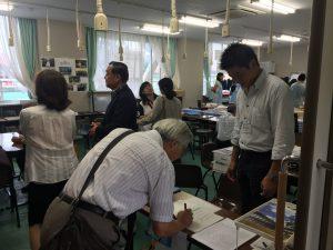 受付で杉浦慶太さん(附属高校大泉校舎19期)が出迎えてくれます。