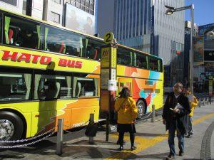 新宿東口、はとバス乗降場には4台が連なっていました。