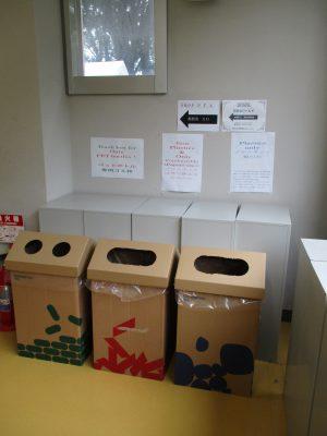 校内へ入って、進んでゆくと、中学の一時代の生徒玄関だった場所にゴミ分別BOXが・・・製作して各所に配置しただろう実行委員の皆さん、お疲れ様です。