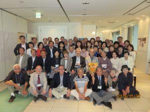 50名の同期生と相澤先生の記念写真