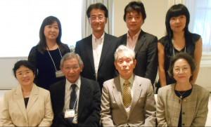 校歌伴奏の鈴木氏(後左)ら30期と恩師